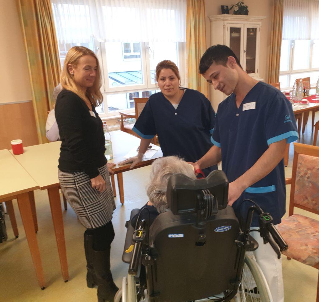 Der Junge Geflüchtete geht in seiner Tätigkeit als Pfleger in der KORIAN Einrichtung auf.