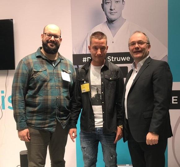 Wohnbereichsleiter Sebastian Kunkel, Pflegerapper Dustin Struwe und KORIAN HR-Vorstand Michael Reitzenstein.