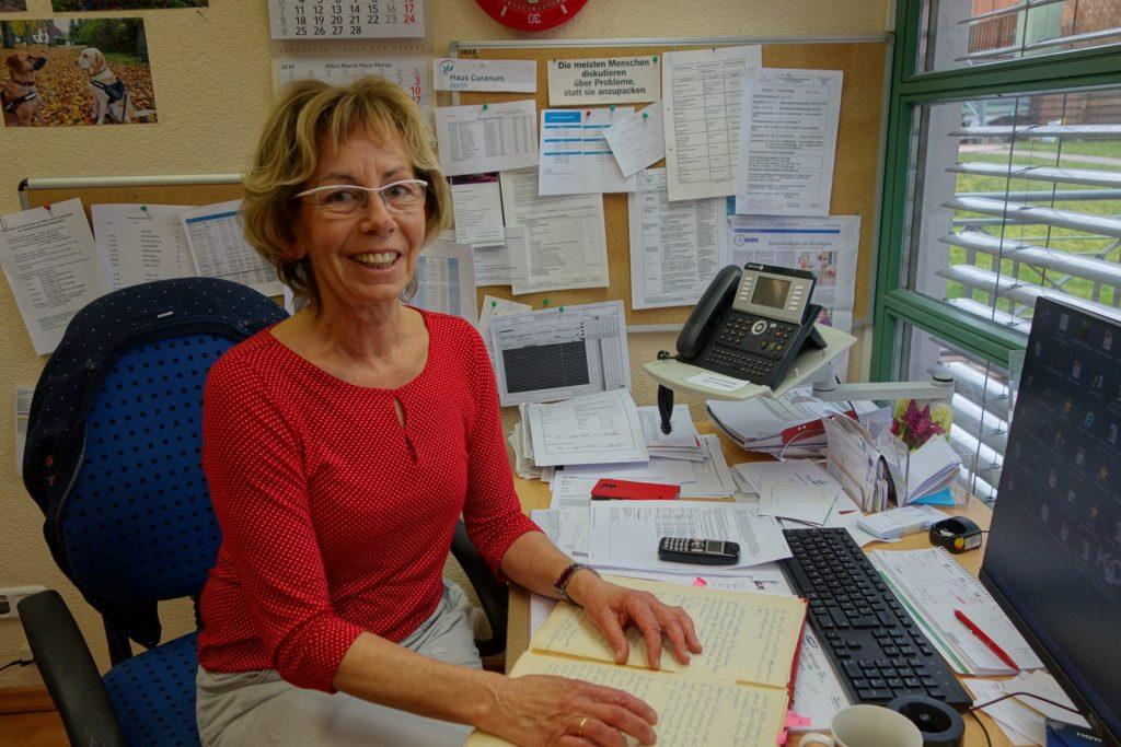 Einrichtungsleiterin Regina Witt arbeitet seit 42 Jahren im Haus Curanum Barth.