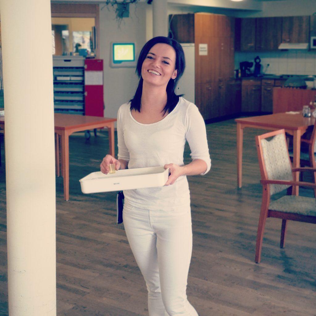 Hat immer ein Lächeln auf den Lippen: Mitarbeiterin bei KORIAN Sina Lippert.