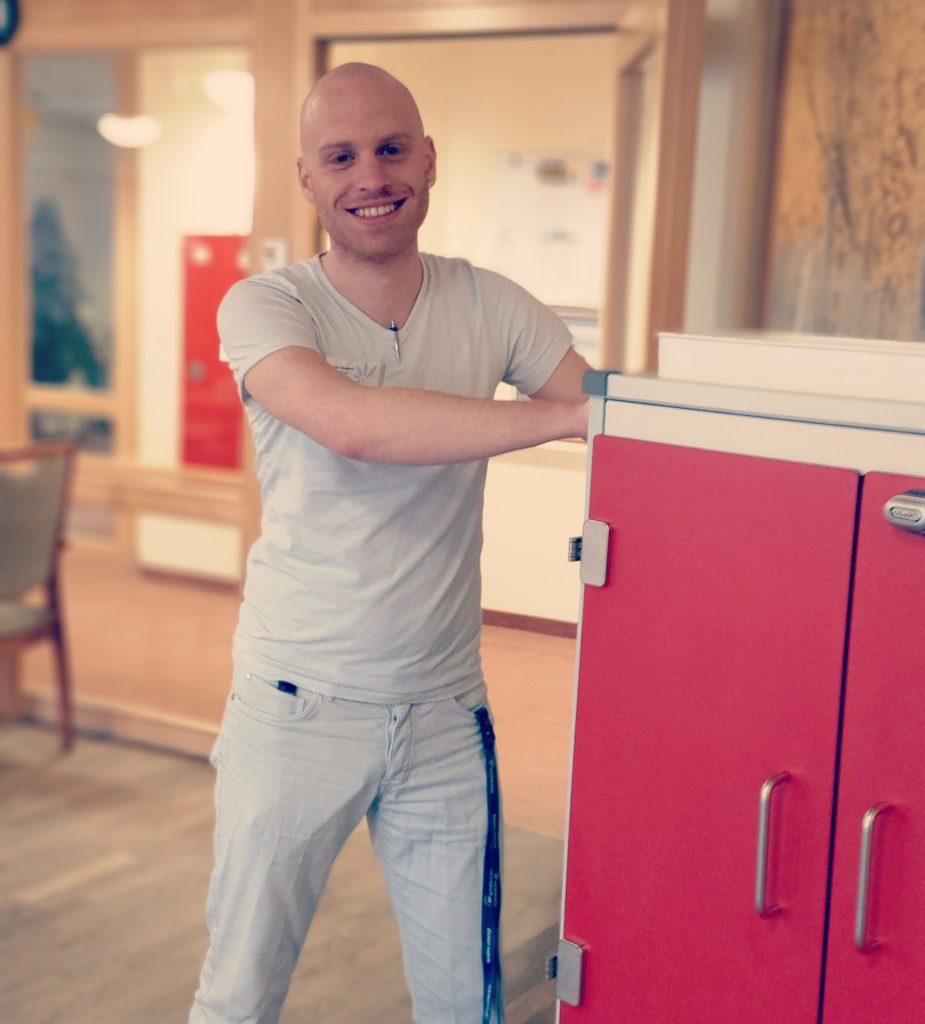 KORIAN-Mitarbeiter Martin Baumert ist glücklich über seinen Quereinstieg in die Pflege.