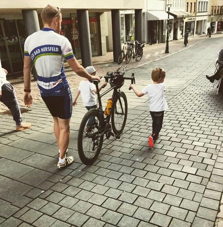 Pflegedienstleiter Pascal Weis und seine zwei Jungs auf dem Weg zu einem Triathlon.