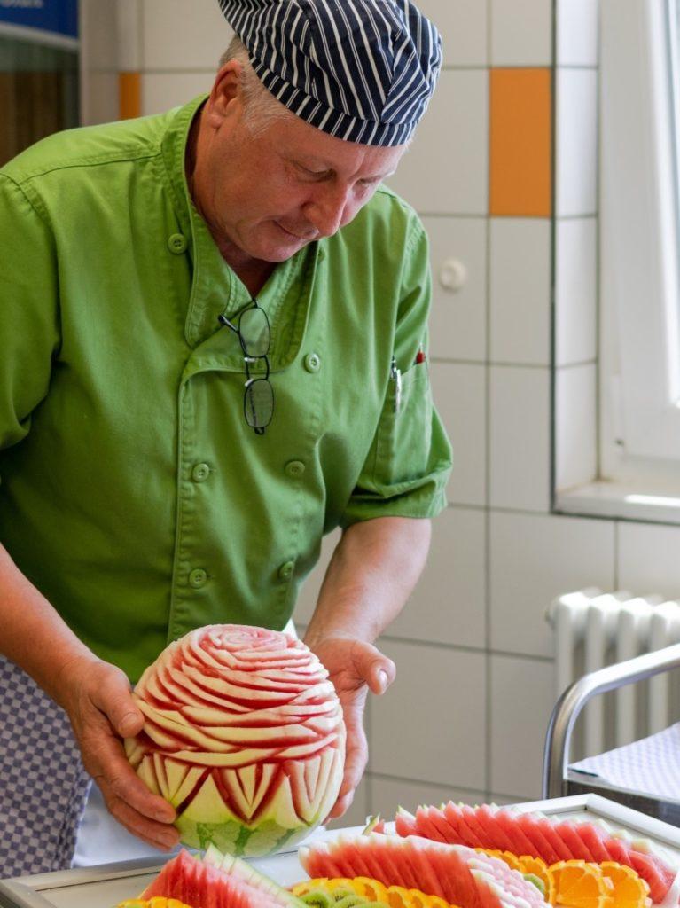 Slava, Koch im KORIAN-Heim in Worms ist ein wahrer Künstler in der Küche.