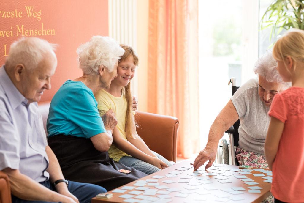 Auch die Bewohner des KORIAN-Heims in Uelzen freuen sich über die Anwesenheit der Kinder.