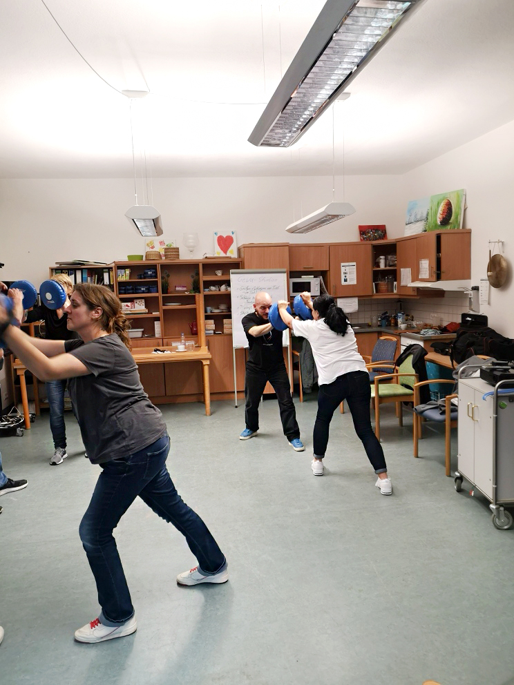 Die Pflegemitarbeiter aus dem KORIAN-Haus in Hirschhorn lernen sich selbst zu verteidigen.