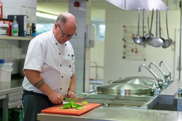 Thomas Müllenmeister an seinem Arbeitsplatz in der Küche des Haus Curanum am Ochsenkamp