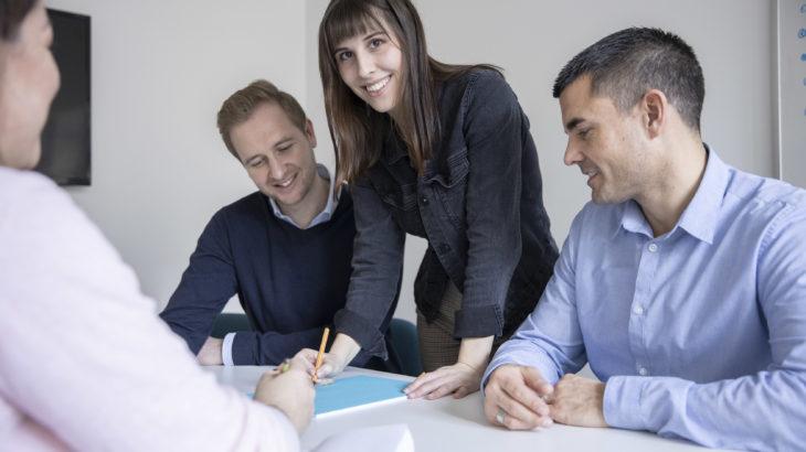 Gruppe_Mitarbeiter an Konferenztisch