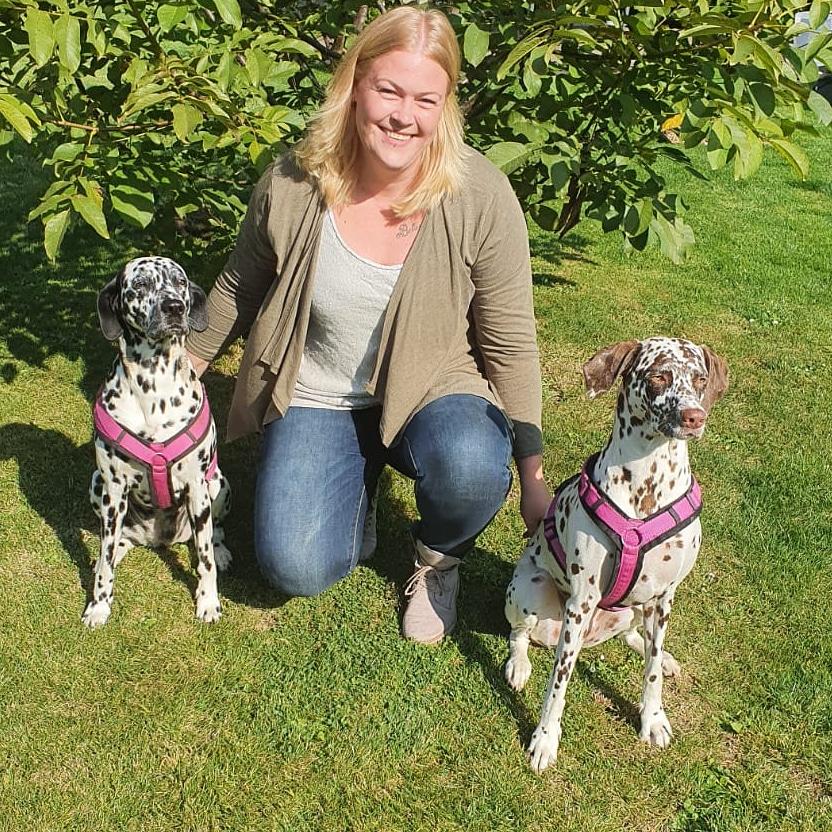 Pflegedienstleitung Maike Ulrich und ihre beiden Hunde Coco und Sky.